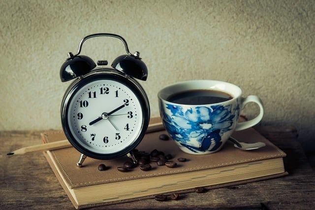 filiżanka kawy i budzik