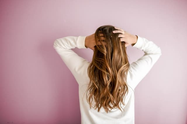 kobieta poprawia włosy