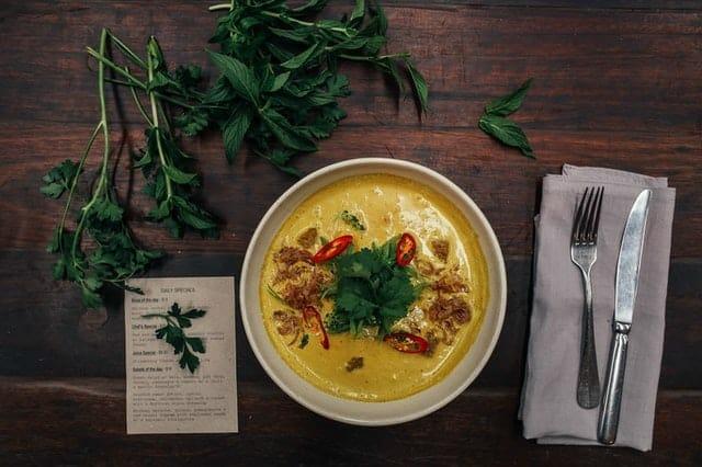 dietetyczna zupa krem na talerzu