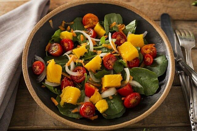 sałatka ze szpinakiem, mango, cebulą i pomidorkami