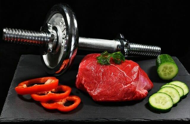 hantle, kawałek mięsa i warzywa
