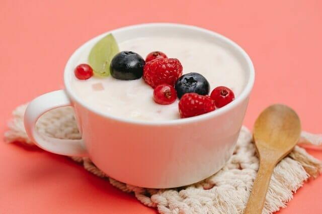 jogurt z owocami w filiżance