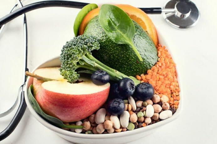 miseczka ze zdrową żywnością, obok stetoskop